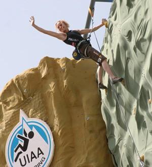 奧地利的17歲女孩Angela, 在VertigoGeckoking的攀岩場奪得世界女子冠軍(2006年,世界盃攀岩賽)
